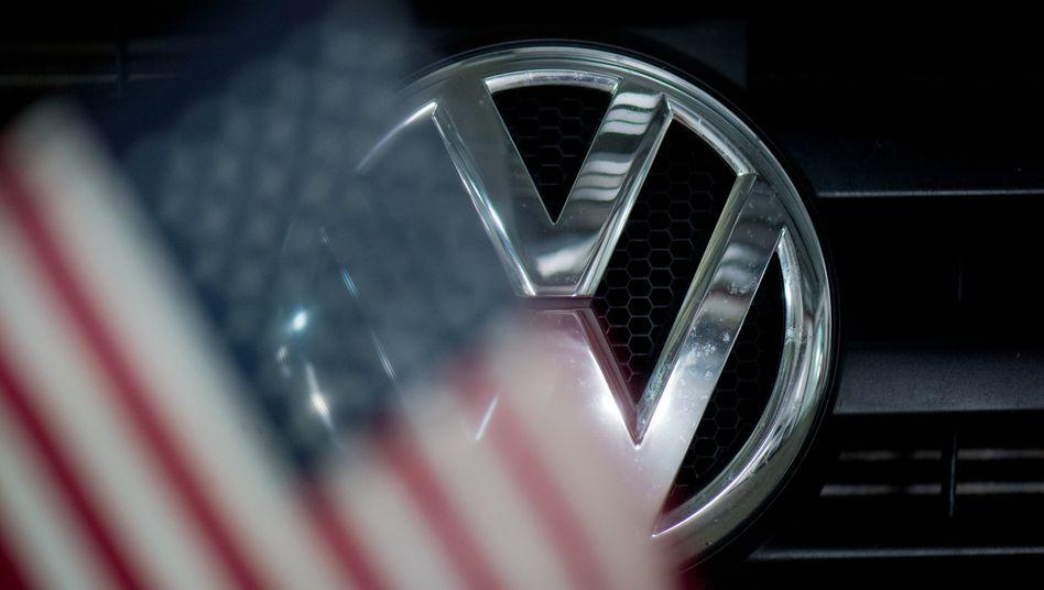 VW-Logo hinter US-Flagge: Der amerikanische Markt hat für die Wolfsburger nach wie vor eine große Bedeutung