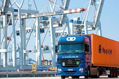 Exportmotor brummt: Lkw im Hamburger Hafen