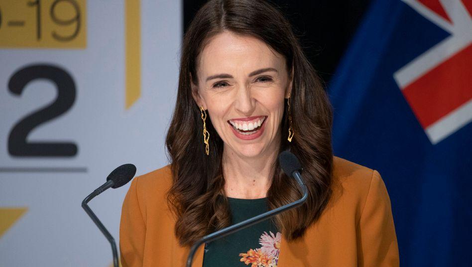 Jacinda Ardern, Premierministerin von Neuseeland, sagt, Neuseeland habe das Coronavirus besiegt.