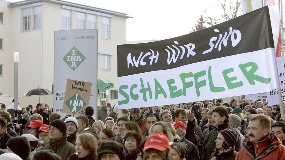 Schaeffler-Beschäftigte bei einer Demonstration (Archivbild): Die Arbeitnehmervertreter des Zulieferers haben eigene Pläne für den nötigen Jobabbau erarbeitet
