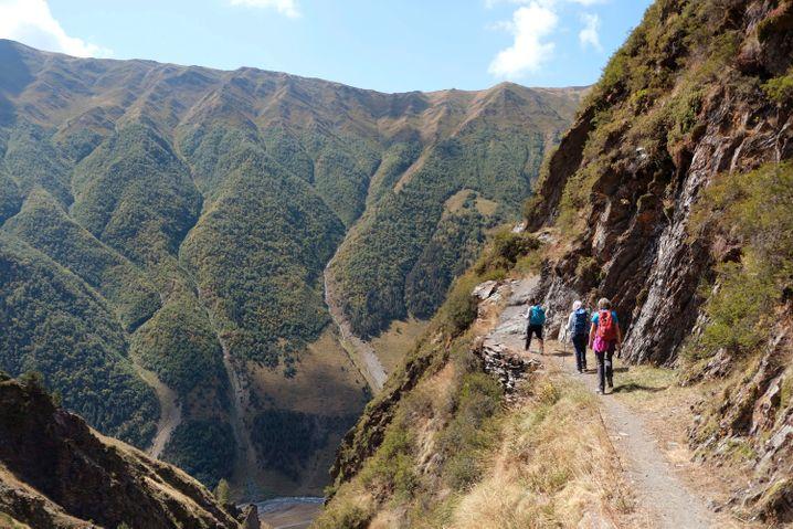 Ein ausgesetzter Pfad führt von Dartlo hinab ins Tal des Flusses Pirikiti Alasani
