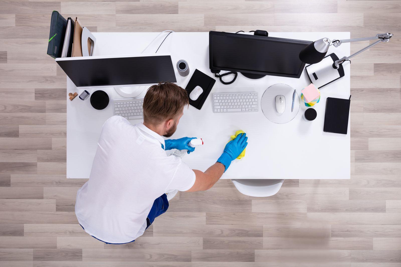 EINMALIGE VERWENDUNG Schreibtisch aufräumen