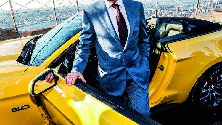 NACH ALLEN SEITEN OFFEN Boardchef Bill Ford mit einem Mustang-Cabrio auf dem Empire State Building
