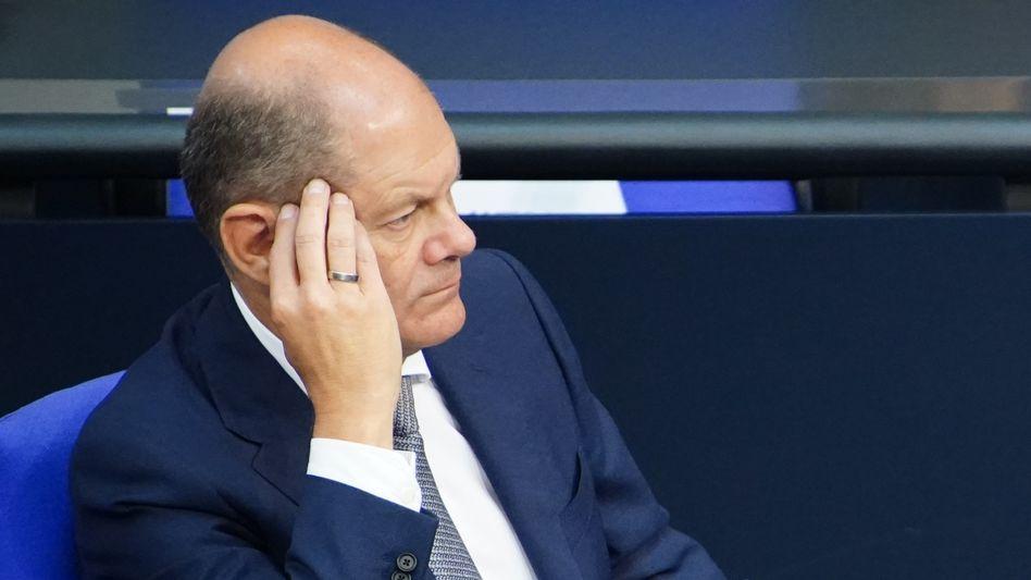 Angespannt: Olaf Scholz muss sich im Bundestag Fragen zu seinem Verhältnis zur Warburg Bank anhören