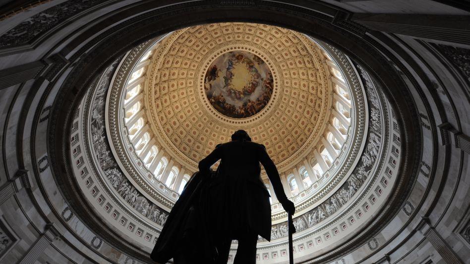 Kuppel des Kapitols in Washington mit Statue vom ersten US-Präsidenten George Washington: Bei der Kongresswahl am Dienstag droht US-Präsident Obama auch die Mehrheit im Senat zu verlieren