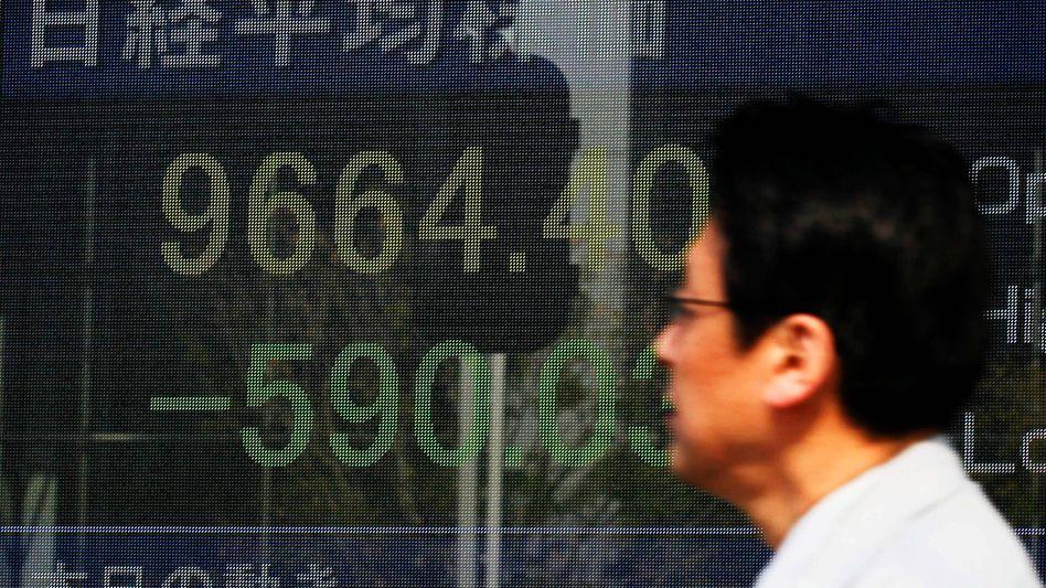 Kurzsturz in Tokio: Der Nikkei beendet am Montag den Handel mit Verlusten von mehr als 6 Prozent. Die Notenbank startet ein historisches Rückkaufprogramm für Wertpapiere