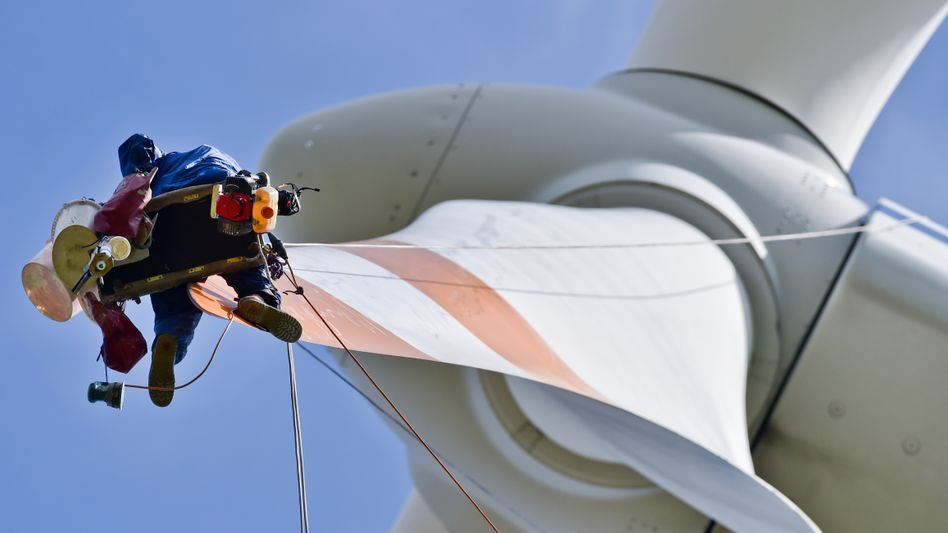 Reparatur in luftiger Höhe: In Norddeutschland dürfen neuen Windkraftanlagen nur noch in beschränktem Umfang entstehen. Denn die Netze können den ganzen Ökostrom nicht mehr aufnehmen, auch fehlen Leitungen zum Abtransport in den Süden