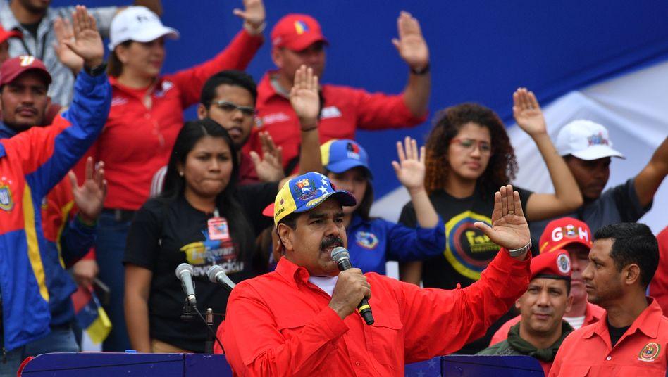 Das Lager um Präsident Nicolás Maduro (hier im Bild) versuchte, mit einer Großkundgebung dessen Legitimation zur Weiterführung der Staatsgeschäfte zu unterstreichen.