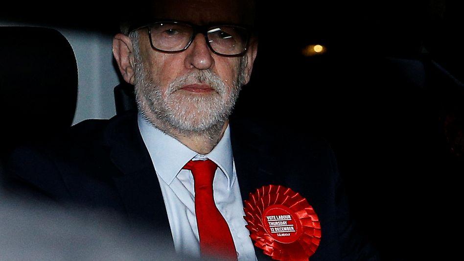Labour-Chef Jeremy Corbyn will trotz der katastrophalen Wahlschlappe seiner Partei im Amt bleiben