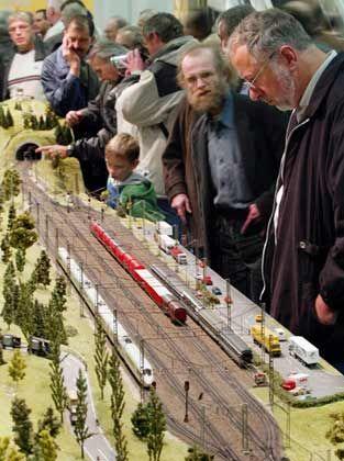 Fasziniert: Besucher der Modellbahn-Ausstellung in Köln