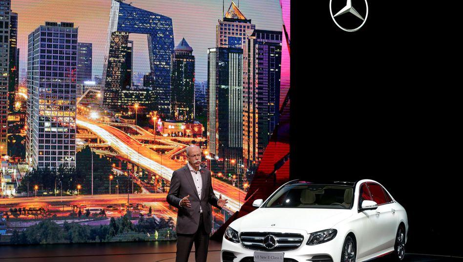 """""""Keine Veränderungen im Kundenverhalten"""": Dieter Zetsche , aktuell bei der Motorshow in Peking, kann im Zuge der Diesel-Affäre keinen nennenswerten Wechsel der Kunden zu Benzin-Autos erkennen"""