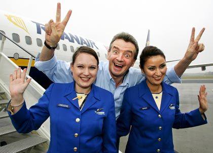 Einsparungen werden die Euphorie senken: Schon heute bezahlen Stewardessen bei Ryanair ihre Uniformen selbst