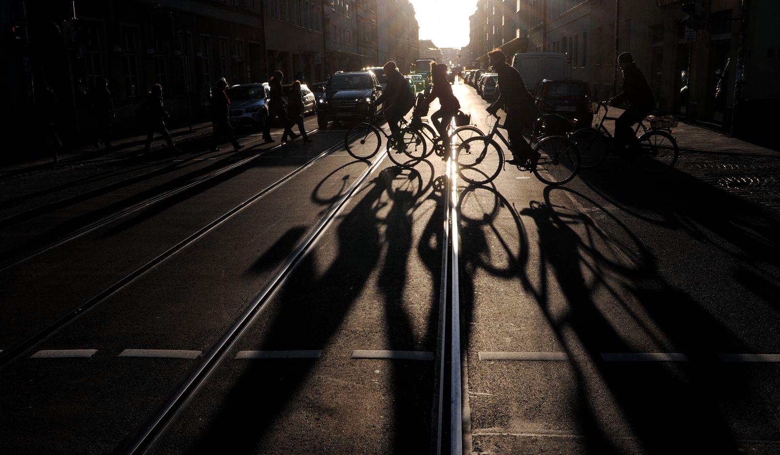 Fahrradfahren in Bayern / Straße / tiefstehende Sonne blendet