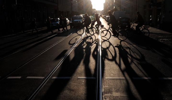 Radfahrer überqueren die Münchener Fraunhoferstraße