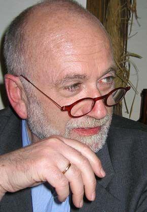 """Jürgen Roth, Mafia-Kenner und Analytiker organisierter Kriminalität, hat seit 1971 zahlreiche brisante Fernsehdokumentationen veröffentlicht und mehrere erfolgreiche und Aufsehen erregende Bücher geschrieben. Zu Roths neueren Veröffentlichungen gehören """"Schmutzige Hände. Wie die westlichen Staaten mit der Drogenmafia kooperieren"""" (Goldmann, 2001), """"Netzwerke des Terrors""""(Europa, 2001) und """"Die Gangster aus dem Osten"""" (Europa, 2003)."""