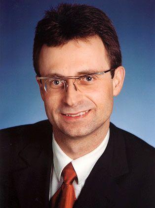 Friedrich Diel: Der Fondsmanager war mehrere Jahre als Spezialberater für Wertpapier- und Auslandsgeschäfte tätig, bevor er 1992 als Fondsmanager für Renten und gemischte Mandate begann. Seit dem Jahr 2000 leitet er den Bereich Aktien-Publikumsfonds bei Frankfurt Trust - und ist jetzt unter anderem auch für den Fonds für eigentümergeführte Aktiengesellschaften zuständig.