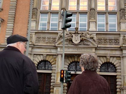 Im dritten Stock, Saal 300 des Hamburger Landgerichts findet der Falk-Prozess statt