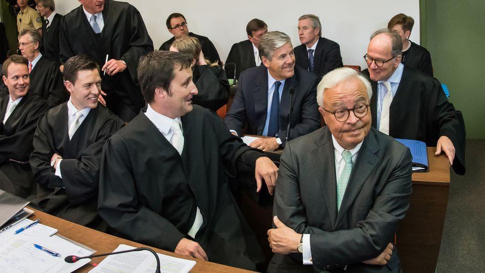 Freispruch: Der amtierende Deutsche-Bank-Co-Chef Jürgen Fitschen (letzte Reihe, zweiter von rechts) und die übrigen Angeklagten sind offenbar guter Laune. Mit dem heutigen Urteil hängt das aber nicht zusammen, es handelt sich um eine Archivaufnahme