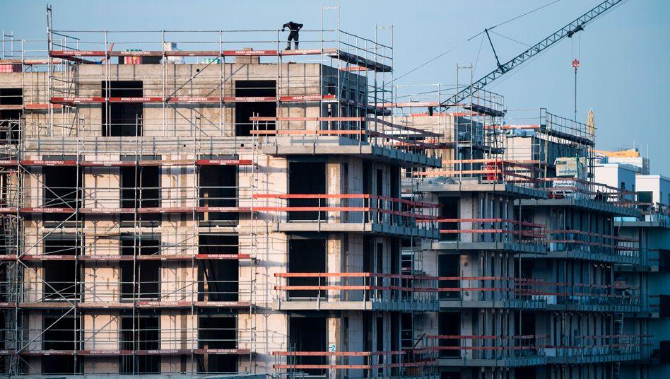 Die Zahl der Baugenehmigungen in den ersten neun Monaten in Deutschland ist um 2 Prozent gesunken. Doch immer noch werden weniger Wohnungen fertiggestellt als zuvor dafür Baugenehmigungen erteilt worden waren