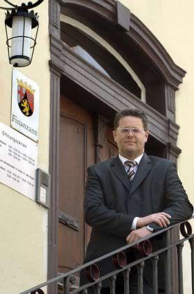 Fall 2: Missachtete Anweisung Der Streitpunkt: Rainer Feiden (im Bild) aus Horn verkaufte 1995 drei seiner Eigentumswohnungen. Den Erlös glaubte der Bankangestellte steuerfrei kassieren zu können. Doch das zuständige Finanzamt klassifizierte ihn als gewerblichen Grundstücks- händler und forderte rund 70.000 Euro Gewerbe- und Einkommensteuer. Die Gerichte: Für Feidens Steuerprozess ist noch kein Termin angesetzt. Die Finanzbeamten indes beharren auf ihrem Standpunkt, obwohl ein Schreiben des Bundesfinanzministers sie anweist, den Streit zugunsten Feidens zu beenden.