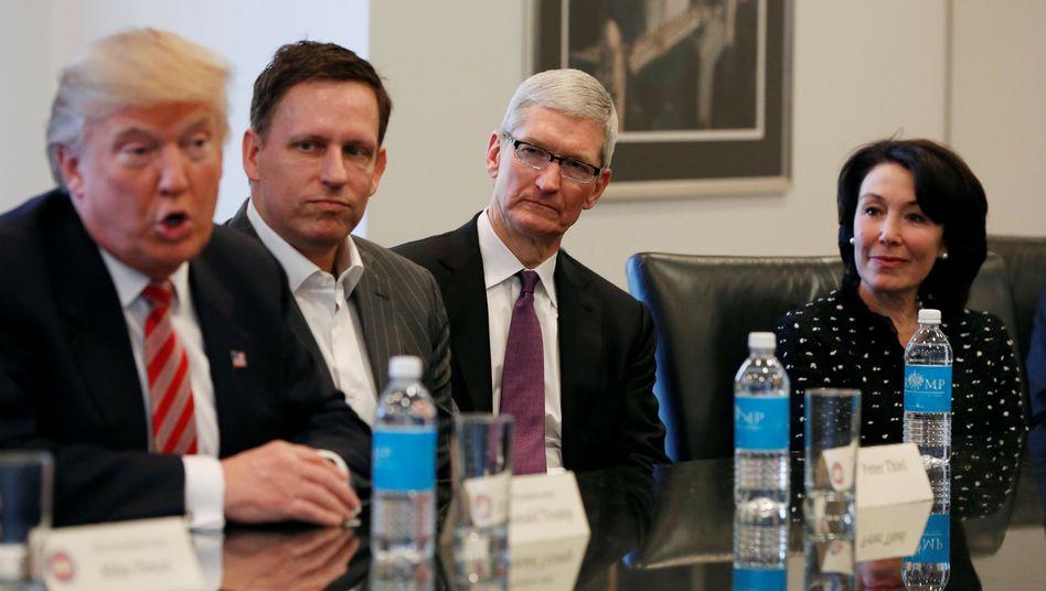 Donald Trump, Peter Thiel, Tim Cook, Safra Catz (v.links): Trump will China unter Druck setzen - dumm nur, wenn man damit auch US-Firmen wie Apple trifft, die ihre Ware aus China importieren