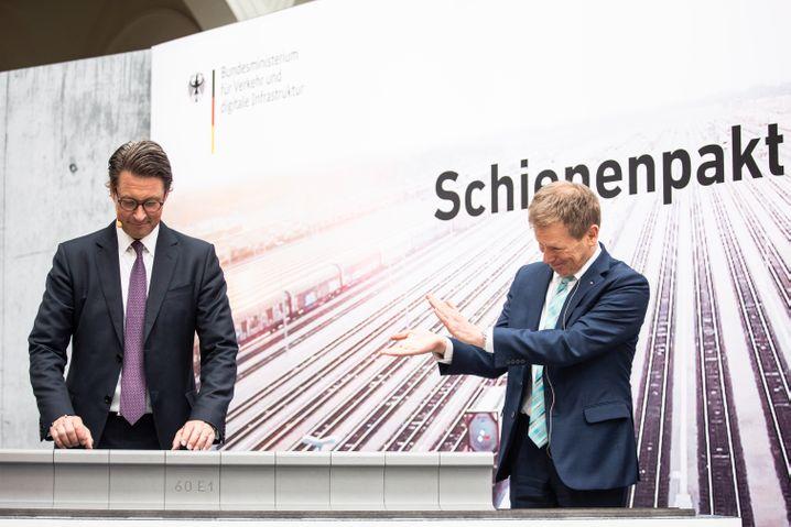 Applaus, Applaus:Bahn-VorsteherRichardLutz(r.) huldigt VerkehrsministerAndreas Scheuer.