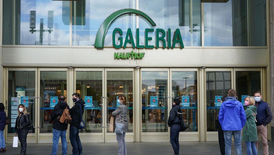 Passanten vor einem Einkaufszentrum in Berlin: Der DIHK erwartet einen historischen Konjunktureinbruch