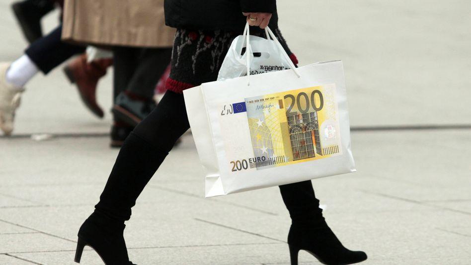 Shop till you drop: Während Sparer von der EZB enteignet werden, eilen Kunden in die Kaufhäuser