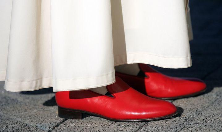Nur für den Papst:: Für Otto-Normal-Angestellte sind rote Schuhe sind eher nicht zu empfehlen.