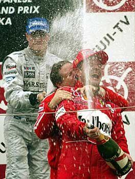 Überschäumend: Rubens Barrichello duscht Jean Todt, im Hintergrund David Coulthard
