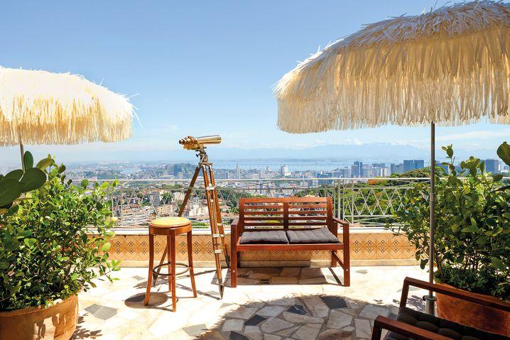 Zimmer mit Aussicht: Teleskope auf der Terrasse von Hans Georg Näders Hotel auf Zeit bringen den Gästen Rio ganz nah