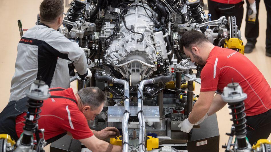 Montage eines Porsche-Motors im Werk in Stuttgart: In Deutschland steigen die PS-Zahlen der Neuwagen