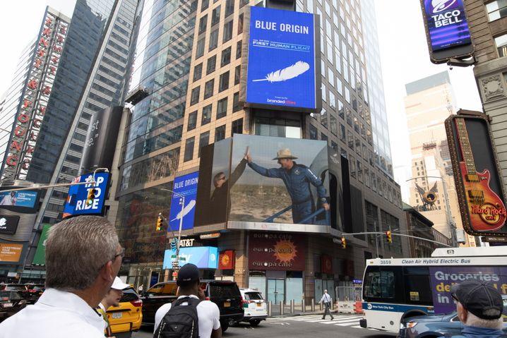 Spektakel: Auch am New Yorker Times Square wurde der Flug von Jeff Bezos (mit Hut) übertragen