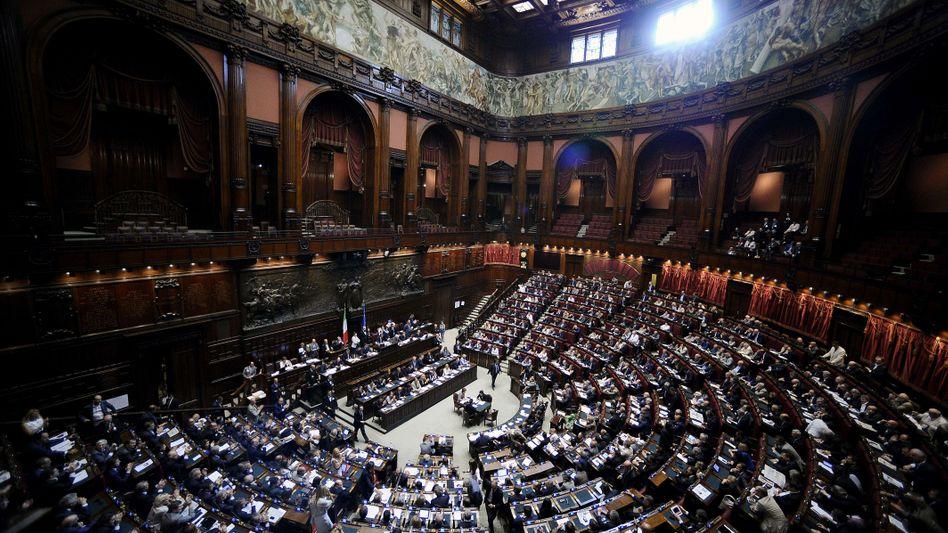 Dramatik in Italiens Parlament: Trotz der Zustimmung zum milliardenschweren Sparpaket steigen die Zweifel an der Solvenz des Landes