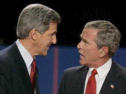 """Weniger Steuern, weniger Defizit: Bush - hier nach dem ersten TV-Duell mit John Kerry - verspricht """"Quadratur des Kreises"""""""