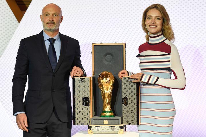 Frank Leboeuf und das russische Model Natalia Vodianova mit dem WM-Pokal