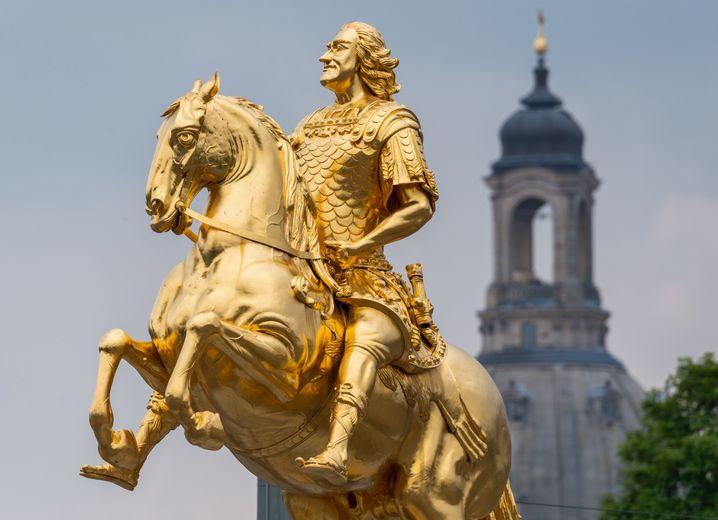 """""""Hey, hey, hey, ich bin der Goldene Reiter"""" - Wahrzeichen in Dresden."""