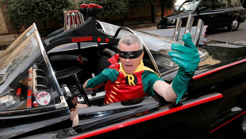 """Ryanair-Chef Michael O'Leary als Robin im Batmobil: """"Albern und lächerlich funktioniert eben"""""""