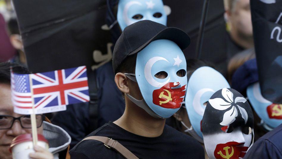 Bereits 2019 protestierten vBürger Hongkongs gegen den wachsenden Einfluss Pekings. Mit dem neuen Sicherheitsgesetz droht eine erneute Eskalation sowie eine Machtprobe zwischen China und USA