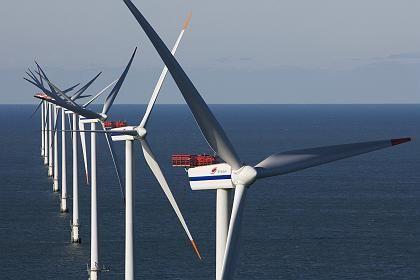 Gemiedenes Terrain: Große Energiekonzerne schwärmen von Offshore Windparks, Wobben aber will mit seinen Rädern an Land bleiben