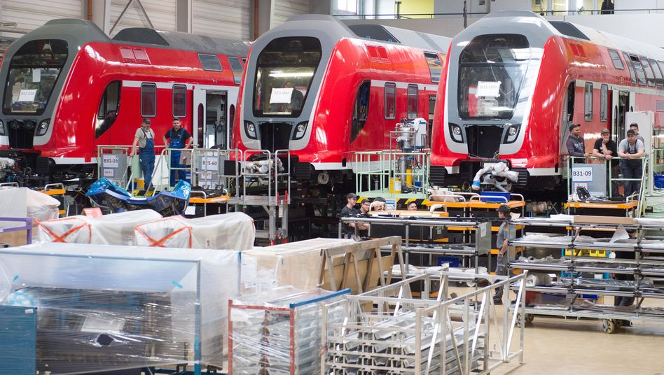 Bahnwaggons stehen in einer Halle im Werk Görlitz des kanadischen Schienenfahrzeughersteller Bombardier.