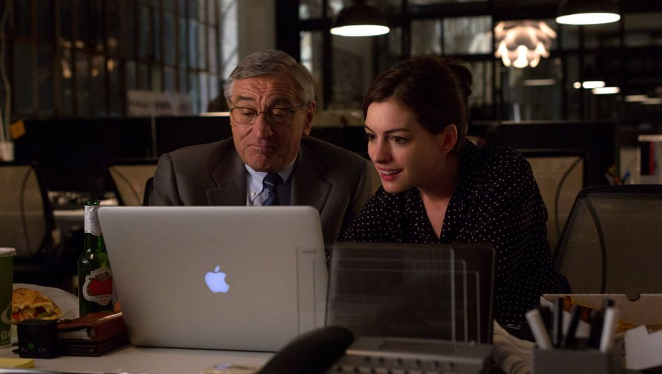 """Filmszene aus """"Man lernt nie aus!"""": Anne Hathaway mit Robert de Niro als technikferner Senior-Praktikant Ben"""
