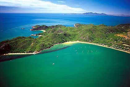 Grün die Insel, türkis das Meer: Magnetic Island vor der Küste Queenslands lockt mit seinen Stränden und Wandermöglichkeiten im Nationalpark viele Touristen an