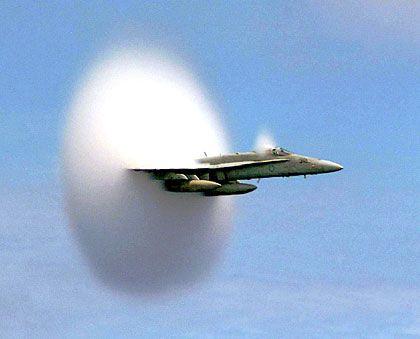 Mit geballter Kraft: Der F/A-18-Hornet-Fighter beim Durchbrechen der Schallmauer