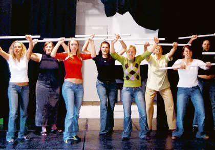 Theater fürs Selbstbewusstsein: dm-Auszubildende proben den kundenfreundlichen Auftritt