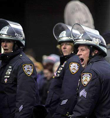 Es geht auch ohne Gewalt: Ein gähnender Polizist legt Zeugnis ab von der Möglichkeit, friedlich zu protestieren