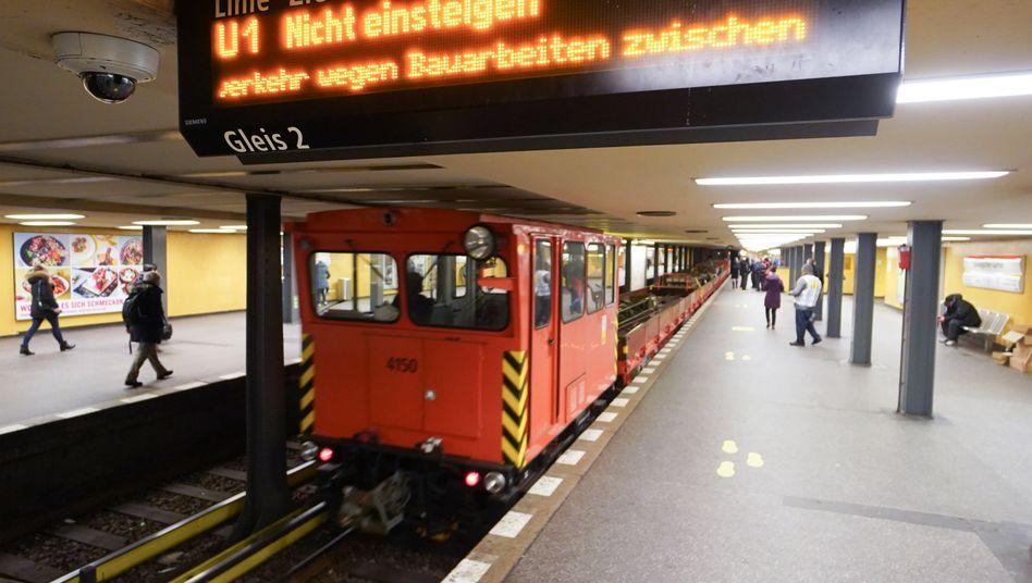 Ein Güterzug fährt auf dem Gleis der Linie U2 am Berliner Bahnhof Zoo vorbei (Archivbild)