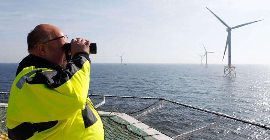 Peter Altmaier inspiziert einen Offshore-Windpark: Die Bundesregierung will die Nutzung der Windenergie auf See ausbauen.