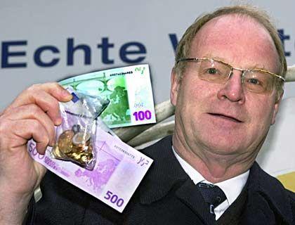 """Das liebe Geld: Ex-Bundesbankpräsident Welteke mit Euroscheinen und """"Starter-Kit"""" im Dezember 2001"""