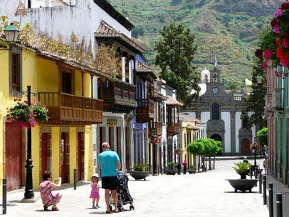 Buntes Gran Canaria: Der Wallfahrtsort Teror empfängt seine Gäste in der Fußgängerzone mit Häusern in vielen verschiedenen Farben.